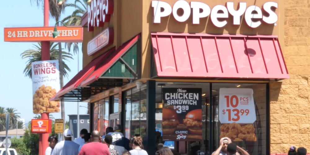 popeyes-employee-selling-sandwiches-fight