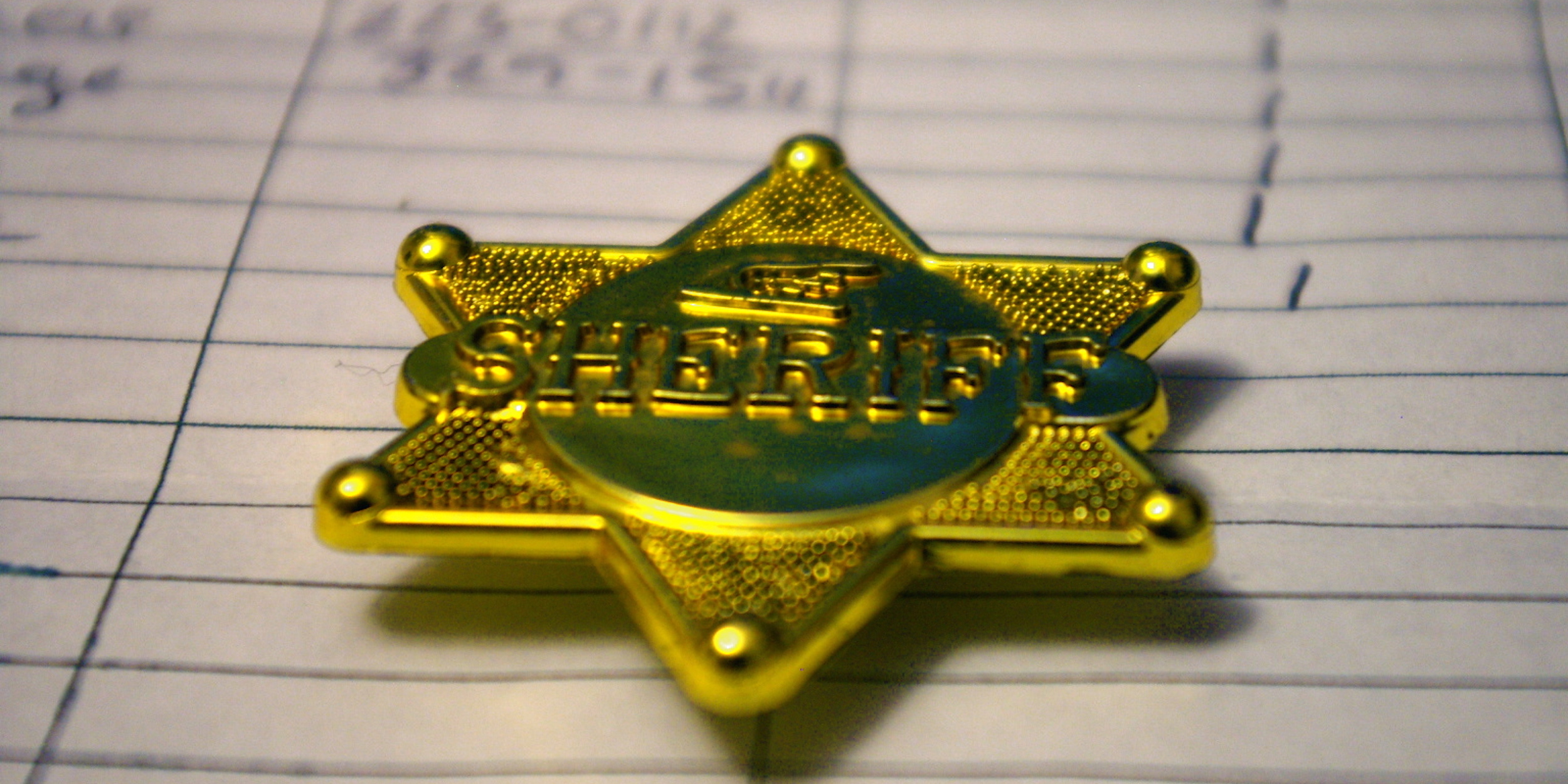 A generic-looking sheriff's badge.