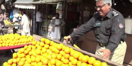 Pakistani cop on fruit rampage